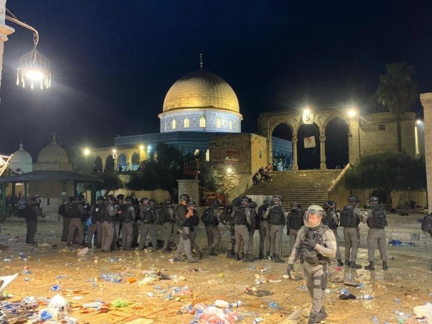 تجدد المواجهات صباحا في باحات الأقصي عقب اقتحام القوات الإسرائيلية