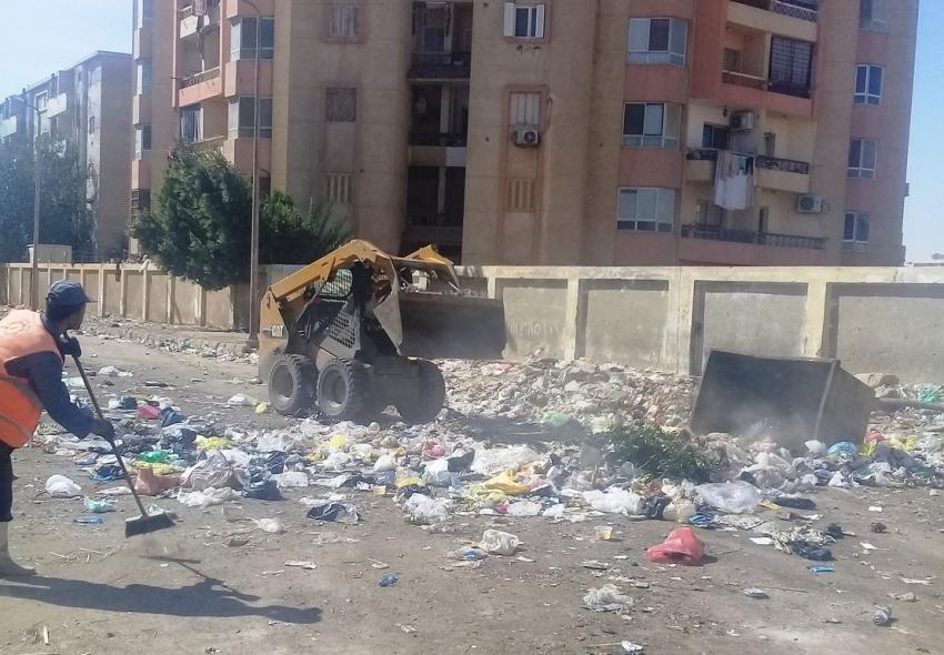 استمرار رفع التراكمات والقمامة من  شوارع حي الأربعين