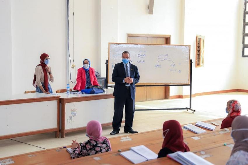 رئيس جامعة السويس يتابع سير العملية التعليمية لليوم الثاني العام الدراسي الجديد
