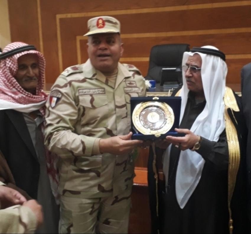 صور..قائد الجيش الثالث يلتقى شيوخ وعواقل وسط سيناء  ..توزيع مواد غذائية وبطاطين للأهالى