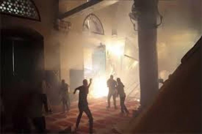 قوات الاحتلال يخلي المعتكفين في المسجد الأقصى