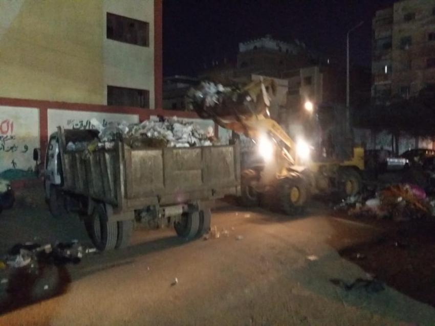 بالصور..تكثيف العمل لنظافة ورفع التراكمات بشوارع حي السويس