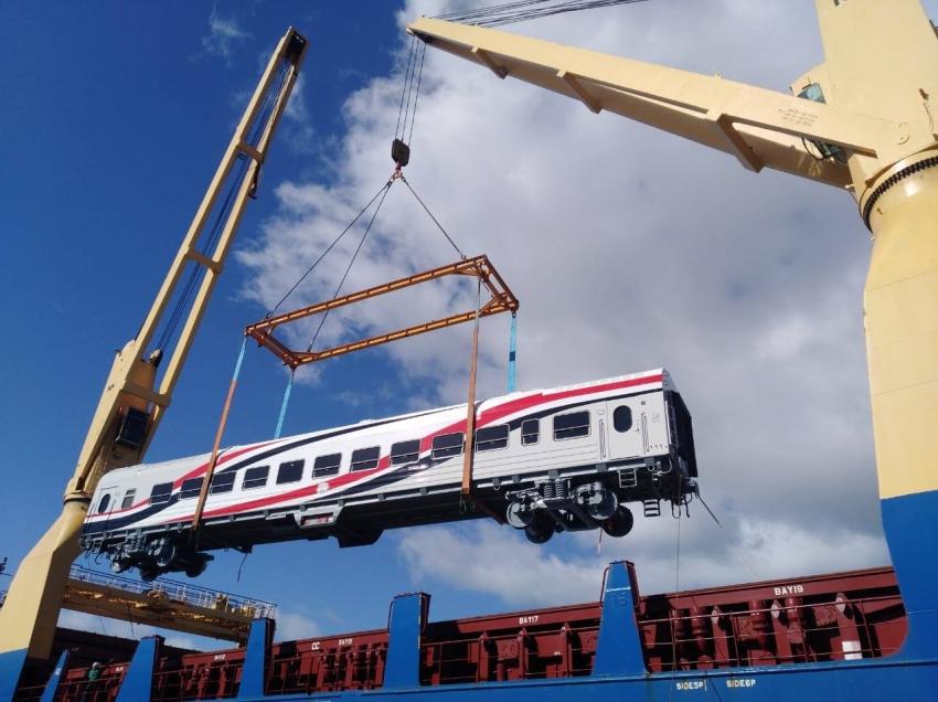 وزير النقل يعلن وصول 19 عربة سكة حديد جديدة للركاب إلى ميناء الإسكندرية