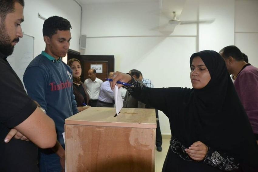 طلاب جامعة السويس يشاركون في اختيار أمناء اللجان ومساعديهم بمختلف كليات الجامعة بانتخابات اتحاد الطلاب .